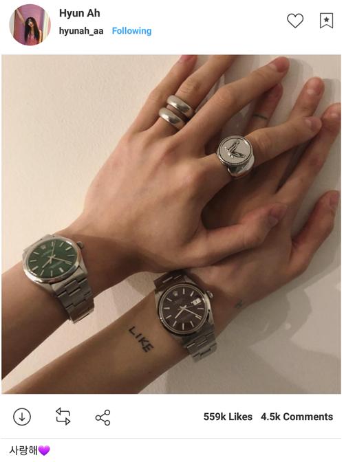 Hyun Ah khoe ảnh nắm tay, đeo đồng hồ đôi tình cảm với bạn trai EDawn. Cô nàng còn viết lời tỏ tình kèm trái tim hồng dễ thương.