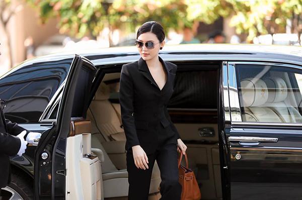 Ở TP HCM, hai vợ chồng cô di chuyển bằng siêu xe 50 tỷ đồng.