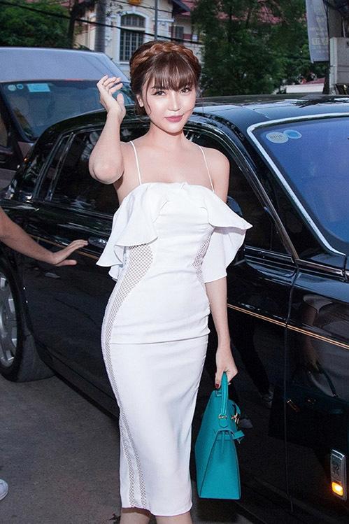 Nếu có công việc ở Hà Nội, Nữ hoàng sắc đẹp lại được đưa đón bằng chiếc xế hộp siêu sang giá đến 70 tỷ đồng.