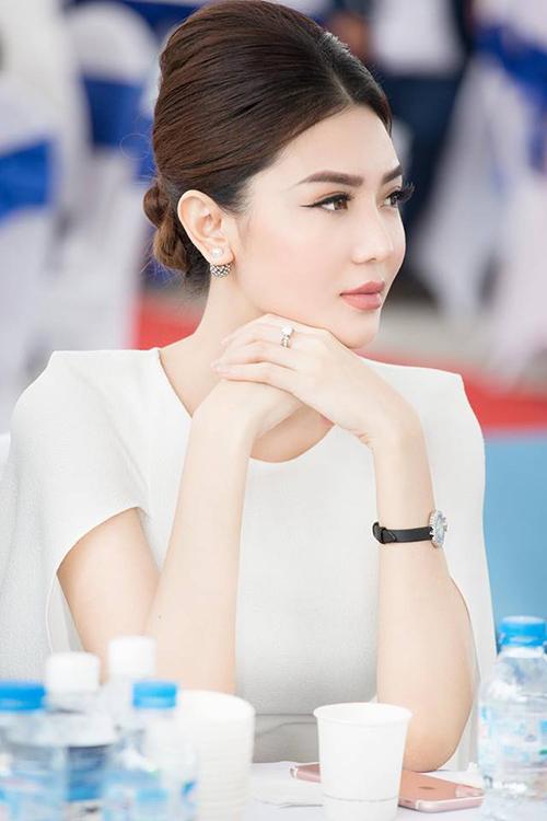 Cô có rất nhiều trang sức và đồng hồ kim cương đều có giá trị hơn 1 tỷ đồng.