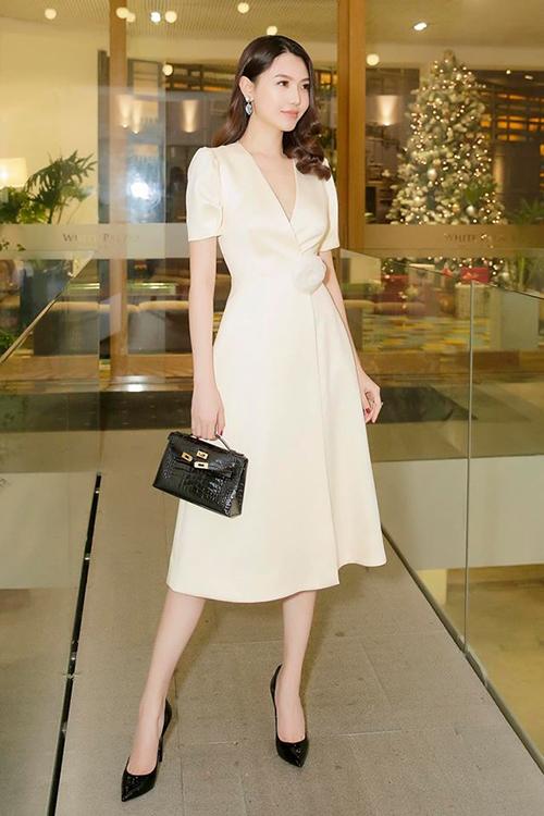 Phong cách ăn mặc của Ngọc Duyên là thanh lịch, dùng trang sức và phụ kiện hàng hiệu làm điểm nhấn.