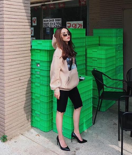Mốt quần jeans lửng vốn được bắt nguồn từ trào lưu quần đạp xe hot suốt mùa hè năm 2018. Chất liệu thun thể thao được cải tiến thành đồ denim, jeans để phù hợp hơn với street style hàng ngày.
