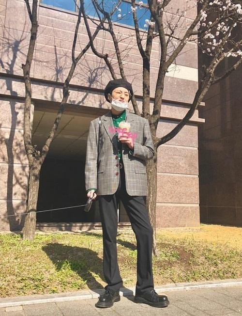 Seung Yoon (Winner) cũng theo mốt chụp ảnh cùng hoa anh đào ở Hàn.