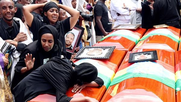 Người thân thương tiếc bên cạnh quan tài của những người thiệt mạng trong vụ tai nạn của hãng hàng không Ethiopia