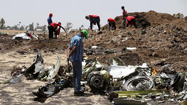 Hiện trường mảnh vỡ từ vụ máy bay rơi ởEthiopia.