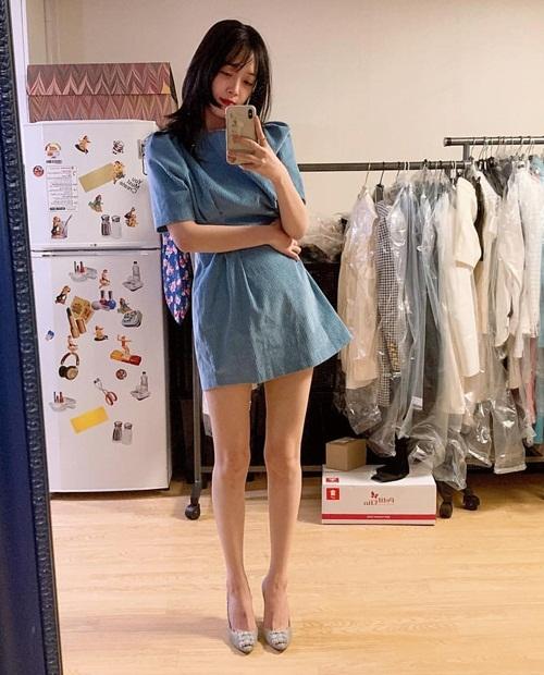 Sulli diện váy ngắn
