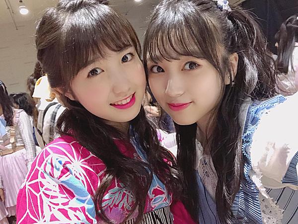 Hitomi và Nako đang gặp khó khăn vì rào cản ngôn ngữ.
