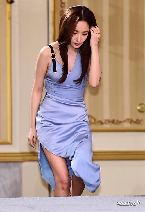 Cô diện bộ váy ôm sát, khoe đường cong gợi cảm. Vóc dáng nuột nà của mỹ nhân họ Park khiến người hâm mộ trầm trồ.