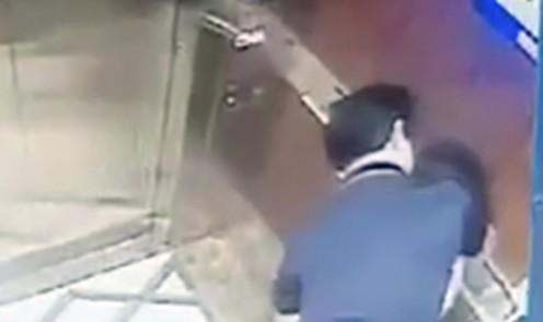 Hành vi của người đàn ông với bé gái trong thang máy. Ảnh: Cắt từ clip.