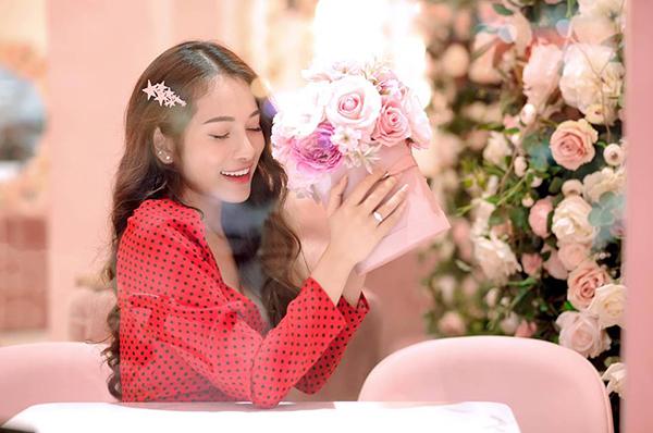 Duyên Sara khoe ảnh đeo nhẫn ở ngón tay áp út khiến fan nghi ngờ cô nàng và bạn trai Dương Khắc Linh đã đính hôn.