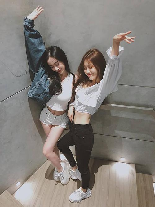 Hai chị em Jun Vũ - Han Sara diện croptop đọ vòng eo siêu nhỏ.