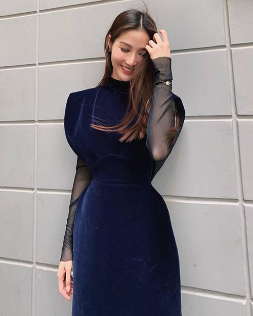 Diễm My 9x duyên dáng trong bộ váy nhung.