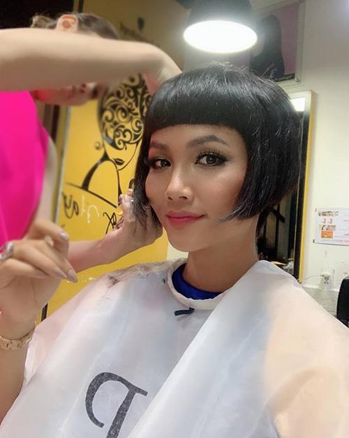 HHen Niê quyết định từ giã mái tóc tém gắn bó một thời gian dài để chuyển sang đầu bob ngắn cổ điển hơn.
