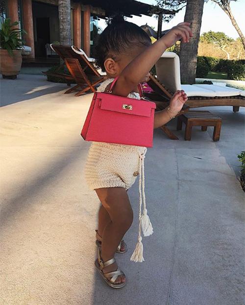 Mới đây, Kylie Jenner gây xôn xao khi khoe hình con gái Stormi đi dạo với chiếc túi Hermes trên tay. Cô nhóc mới hơn 1 tuổi, bước đi còn chưa vững nhưng đã xách món đồ giá khoảng 350-400 triệu đồng rất thành thục và sành điệu.