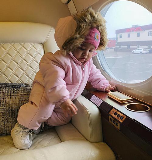 Cô nhóc còn thường xuyên được ngồi trên phi cơ riêng của mẹ để đi đến khắp nơi trên thế giới.