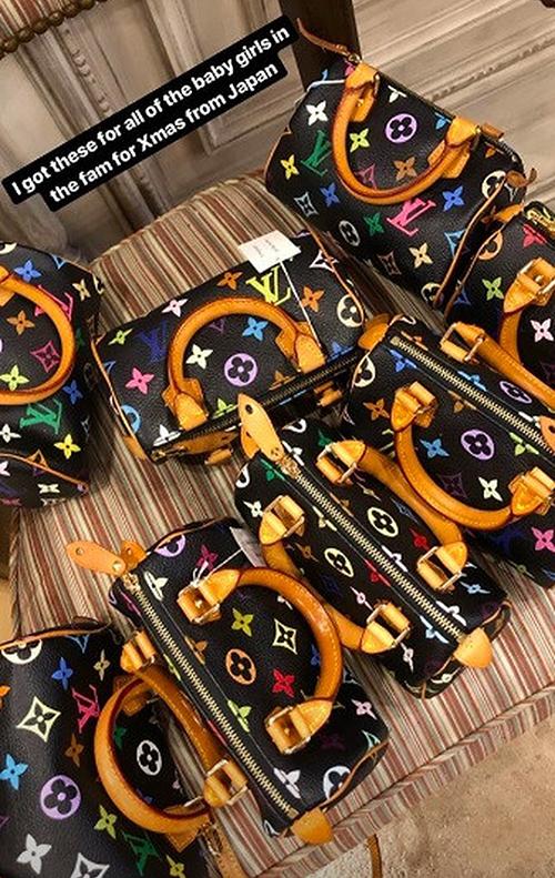 Dịp Giáng sinh, bà xã Kanye West đầu tư hơn 200 triệu đồng để sắm một loạt túi Louis Vuitton nhỏ xinh tặng cho các nhóc tì trong gia đình.