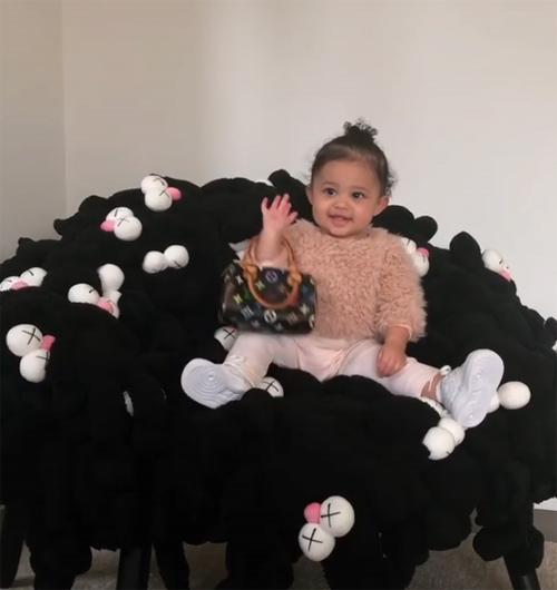 Là con gái của tỷ phú tự thân trẻ nhất thế giới, Stormie có cuộc sống nhung lụa đúng chuẩn rich kid. Trước đó, Kylie cũng gây thích thú khi khoe hình ảnh cô nhóc rạng rỡ với chiếc túi Louis Vuitton giá hơn 20 triệu đồng trên khuỷu tay.