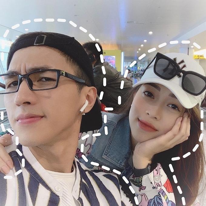 """<p> Ngày 1/4, Bình An và Phương Nga khoe với fan hình ảnh nhí nhảnh ở sân bay trước khi đi du lịch. Đây là lần đầu tiên cặp đôi """"xuất ngoại"""" cùng nhau kể từ khi công khai hẹn hò.</p>"""
