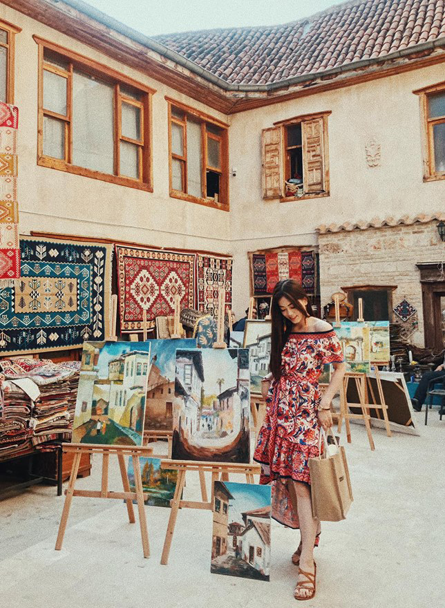 <p> Để làm nổi bật nét văn hóa đặc sắc của Thổ Nhĩ Kỳ, Phương Nga và Bình An cùng chọn trang phục kiểu du mục rực rỡ.</p>