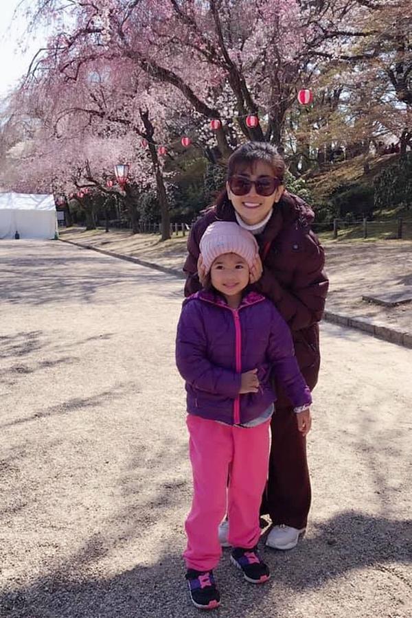 Mai Phương chia sẻ hình ảnh cô cùng con gái - bé Lavie - du lịch Nhật Bản và ngắm hoa anh đào. Lavie là con của cô và tình cũ - ca sĩ Phùng Ngọc Huy. Chia tay bạn trai, cô sống một mình, làm mẹ đơn thân.