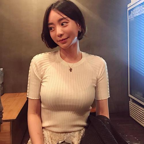 Hwang Hana nổi tiếng là tiểu thư trong một gia đình chaebol giàu có.