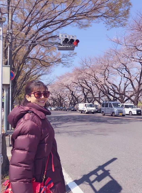 Thời tiết tại Nhật Bản lạnh nên Mai Phương mặc áo phao dày. Cô chia sẻ, bé Lavie rất hào hứng khi được cùng mẹ đi chơi xa. Cô và con cùng dạo chơi, chụp ảnh kỷ niệm trên những con đường rợp trắng hoa anh đào.