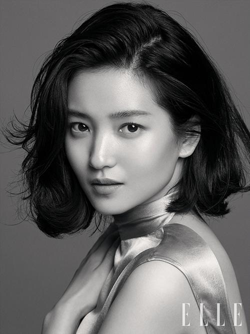 Cuối năm 2018, Kim Tae Ri có sự thay đổi bất ngờ với mái tóc ngắn. Nữ diễn viên sinh năm 1990 rũ bỏ hình tượng nàng thơ mong manh để theo đuổi phong cách girl crush.