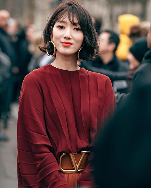 Tại Tuần lễ thời trang Paris, Park Shin Hye khiến fan sửng sốt khi lộ diện với hình ảnh mới toanh. Cô cắt phăng tóc dài, thay vào đó là kiểu tóc bob kèm mái thưa cuốn hút.