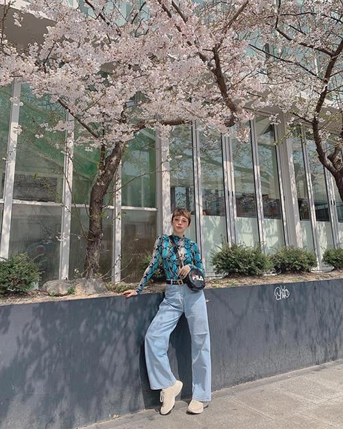 Tóc Tiên vi vu Seoul đúng mùa hoa anh đào, dù lạnh nhưng vẫn diện đồ mỏng manh để chụp ảnh thật chất.