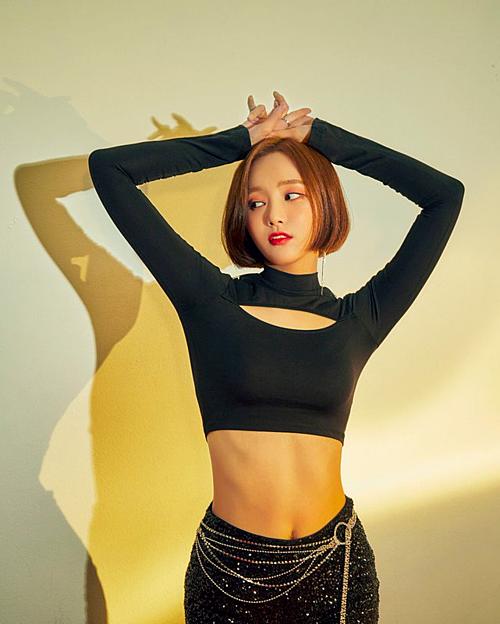 Gần đây, Yeon Wool có màn lột xác khitrở lại với ca khúc Im so hot cùng Momoland. Không còn hình ảnh dịu dàng nhàm chán, cô nàng trở nên cá tính, quyến rũ hơn hẳn.