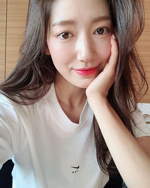Nữ diễn viên Park Shin Hye gắn liền với phong cách đơn giản, thanh lịch nhẹ nhàng. Những năm gần đây, cô luôn gắn bó với kiểu tócdài quen thuộc.