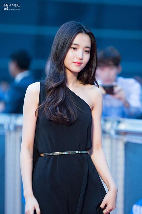 Nổi lên với bộ phim đồng tính nữThe Handmaidenvà Mr. Sunshine, Kim Tae Ri đang là một trong những ngọc nữ sáng giá của làng phim xứ Hàn. Cô từng trung thành với mái tóc đen dài cùng hình ảnh thân thiện giống cô bạn gái nhà bên.