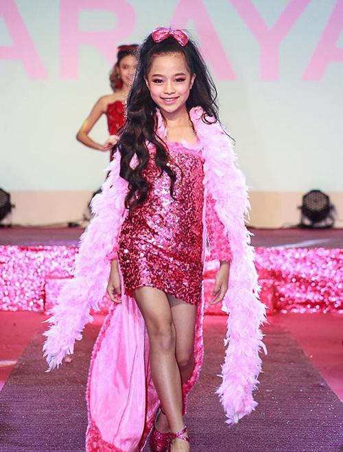 Hot girl nhí 10 tuổi phủ sóng sàn diễn của nhiều sự kiện thời trang dành cho trẻ em. Ngày 10/3 vừa qua, Minh Anh cũng làngười mẫu nhí Việt Nam đầu tiên và duy nhất được trình diễn tại một trong những sàn diễn thời trang lớn nhất Thái Lan - sự kiện kỷ niệm 60 năm thành lập thương hiệu búp bê Barbie được tổ chức vào ngày 10/3 vừa qua tại thủ đô Bangkok.