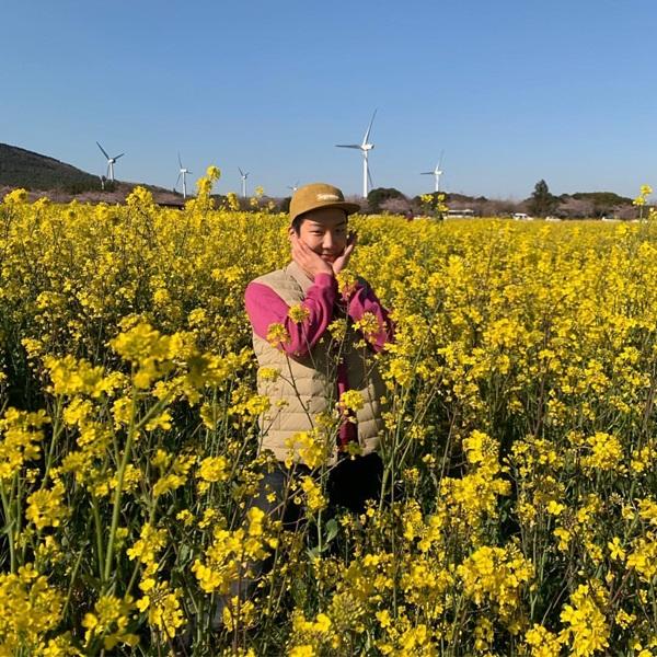 Seung Hoon (Winner) ôm má cute giữa cánh đồng cải vàng nên thơ.