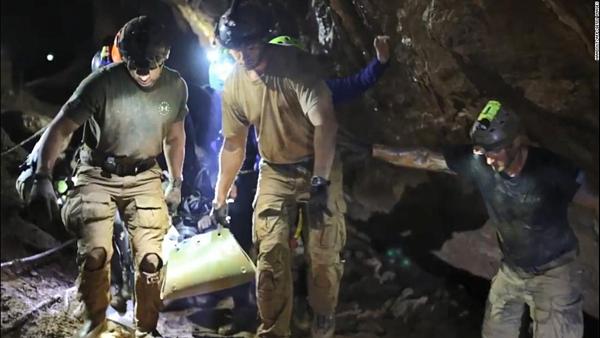 Thiếu niên mắc kẹt được đưa ra bằng cáng. Ảnh: AFP