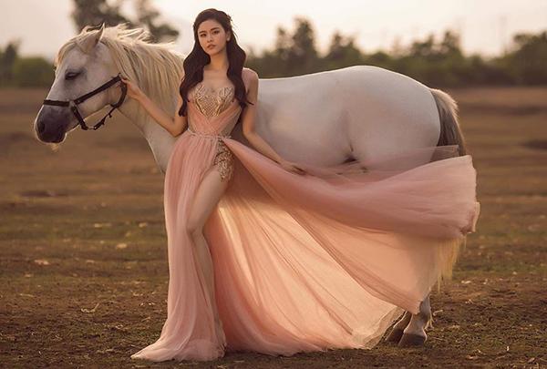 Trương Quỳnh Anh diện váy như nữ thần bên chú ngựa trắng.