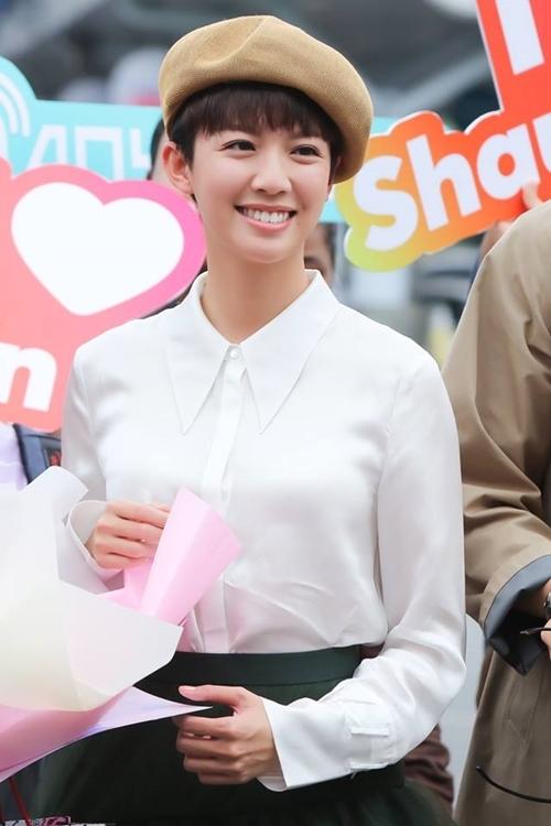 Cô từng là Á hậu Hong Kong 2013 và hiện đã bước sang tuổi. Tư Bối được nhiều khán giả Việt Nam yêu mến qua nhiều dự án phim đình đám của TVB như Đại soái ca, sắp tới là Cảnh sát thép.