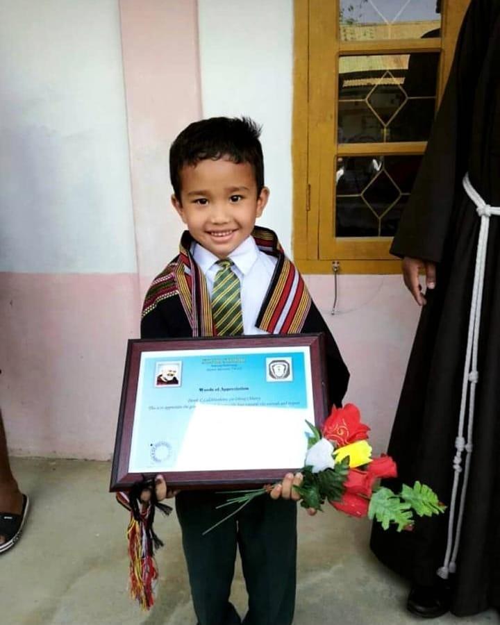 Cậu bé Ấn Độ đưa gà đi cấp cứu được nhận bằng khen - 1