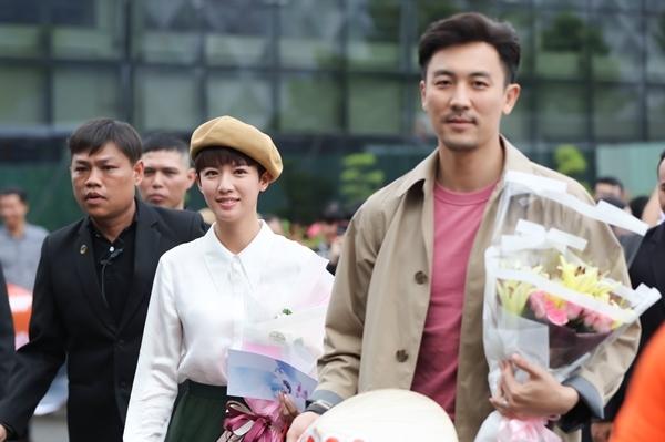 Ngày 4/4, hai ngôi sao làng điện ảnh Hong Kong Thái Tư Bối (trái) và Đàm Tuấn Ngạn (phải) đặt chân tới Sài Gòn. Đây là lần đầu tiên họ tới Việt Nam nên được nhiều khán giả trông đợi và ra tận sân bay để chào đón.
