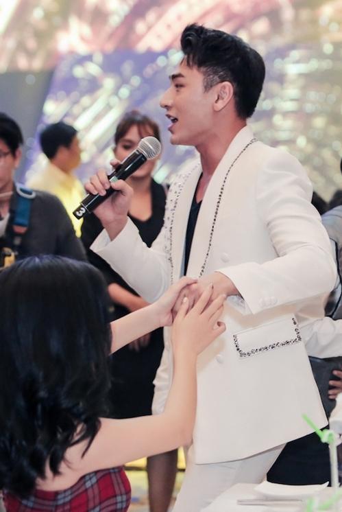 Nhiều khán giả nữ không ngại bày tỏ tình cảm với nam ca sĩ.