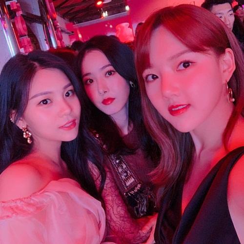 Ba cô gái G-Friend đọ sắc khi cùng tham dự event của Dior.