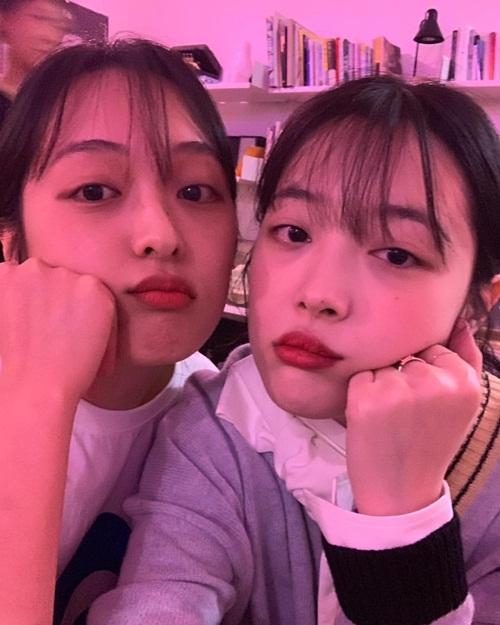 Sulli (phải) như chị em sinh đôi với diễn viên Kim Bo Ra. Cô nàng cho biết cả hai là bạn từ thời thơ ấu, không chỉ khuôn mặt mà tính cách cũng rất giống nhau.