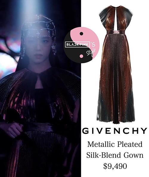 Cô nàng trông như nữ thần trong một thiết kế khác của Givenchy, giá cũng ở mức trên trời không kém là khoảng 220 triệu đồng.