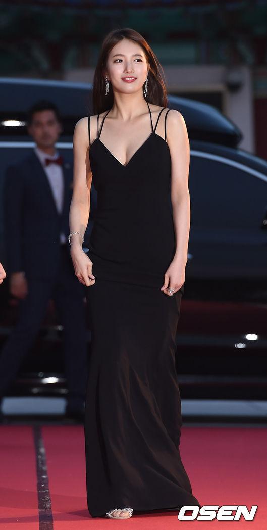 <p> Bộ váy đen táo bạo của Suzy tại lễ trao giải năm 2016 từng khiến báo chí tốn không ít giấy mực. Đây là thiết kế có đường cut-out táo bạo, khoe vòng một và lưng trần quyến rũ.</p>