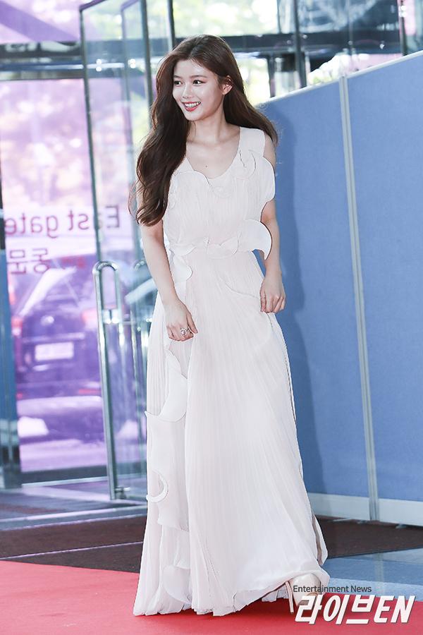 <p> Kim Yoo Jung tỏa sáng trên thảm đỏ Baeksang Art Awards 2017.Nữ diễn viên được khen đẹp như một nữ thần trong bộ váy màu hồng pastel với những đường bèo nhún cầu kỳ ở thân váy. Điều bất ngờ là chiếc váy này lại là một thiết kế bình dân của H&M với giá 256 USD.</p>