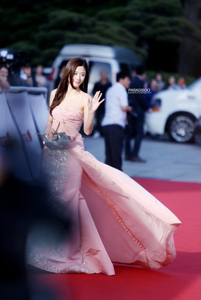 """<p> Đến với lễ trao giải Baeksang 2014, """"mợ chảnh"""" Jun Ji Hyun lựa chọn chiếc đầm hở vai màu hồng nhạt của Oscar de la Renta. Đây cũng là sự kiện mà cô nhận giải Daesang cho vai diễn trong <em>Vì sao đưa anh tới.</em></p>"""