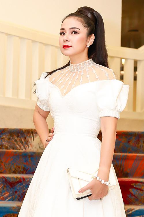 Dù đã bước sang độ tuổi U50 nhưng Việt Trinh được nhận xét ngày càng đẹp mặn mà. Lối trang điểm với màu son đỏ, tóc búi caokhiến nữ diễn viên Người đẹp Tây Đô được nhận xét như trẻ ra cả chục tuổi.