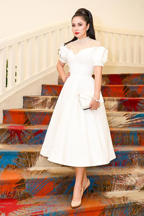 Ngày 5/4, Việt Trinh là khách mời tham dự một dạ tiệc ở TP HCM. Nữ diễn viên chọn diện kiểu đầm công chúa với gam màu trắng thanh lịch, nhấn nhá voan xuyên thấu ở vai và cổ. Nữ diễn viên mix bông tai, vòng tay ngọc trai, túi cầm tay... để hoàn thiện set đồ.