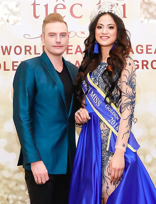 Ca sĩ Kyo York chụp ảnh cùngMs Golden World Beauty Pageant 2018.