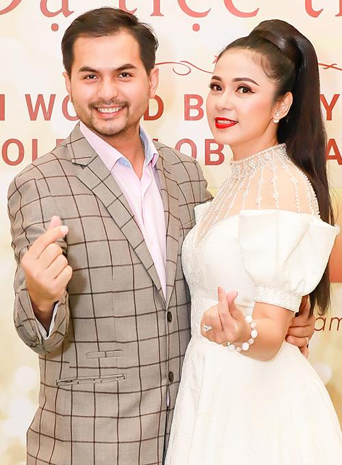 Tại sự kiện, nữ diễn viên gặp lại người mẫu Đức Tiến và pose hình nhí nhảnh.